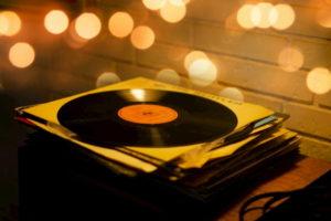 昔の懐かしい曲を連想させるレコードの写真